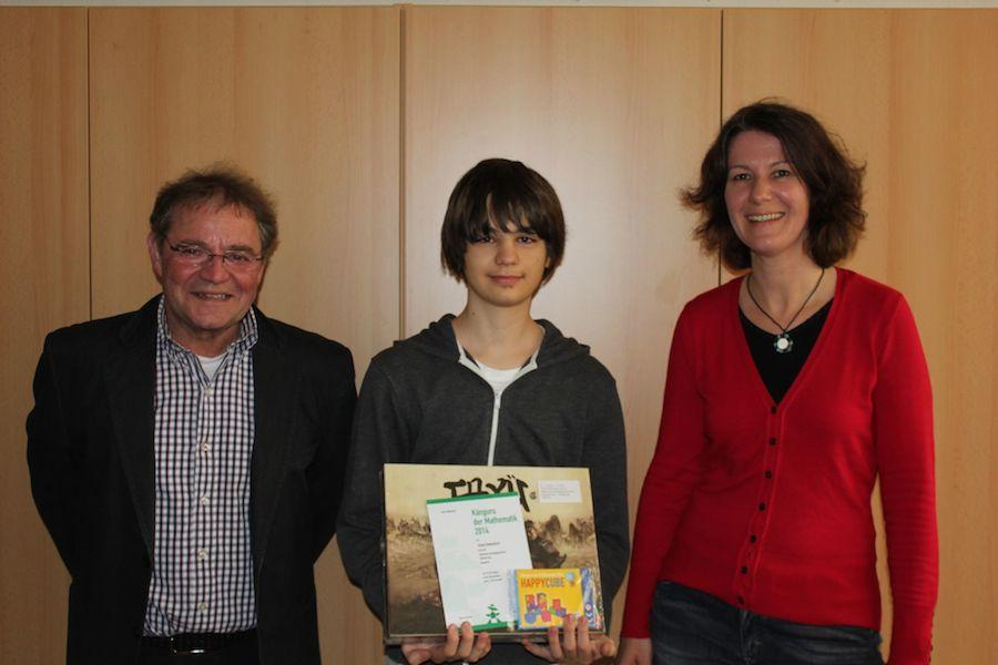 Hier gratulieren Der Schulleiter Werner Schlesinger und die Klassen- und Mathelehrerin Anja Brandt dem Erstplatzierten Tobias Rebentisch